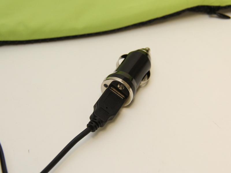 シガーソケットのアダプターも同梱され、USBケーブルを経由して使用する。長時間の車の運転にピッタリだろう