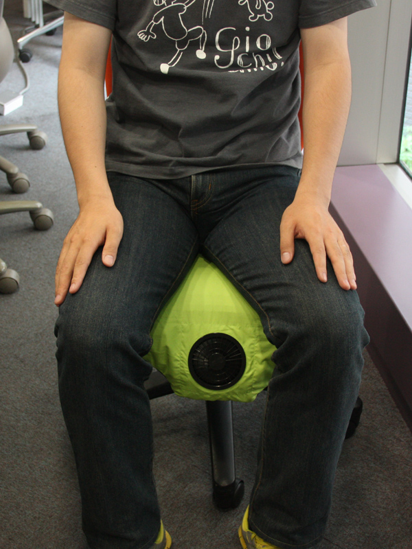 座っているところを正面から撮影。股の間にファンが位置するが、特に邪魔ということはない。デッドスペースをうまく活用している