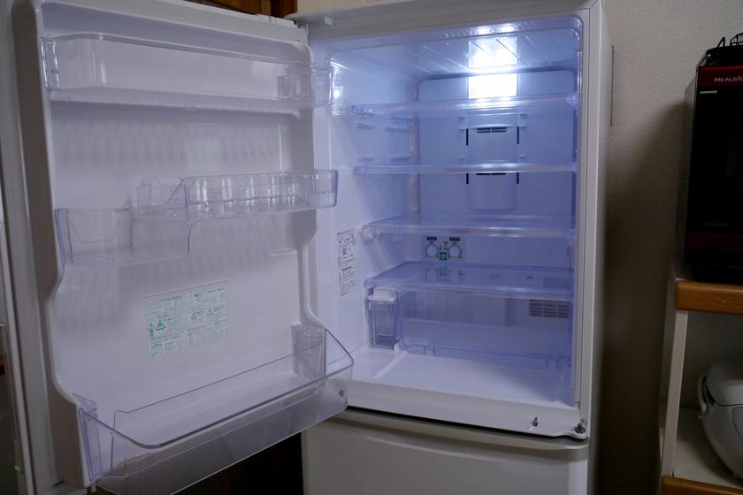 冷蔵室内部の様子。庫内の照明は青っぽい