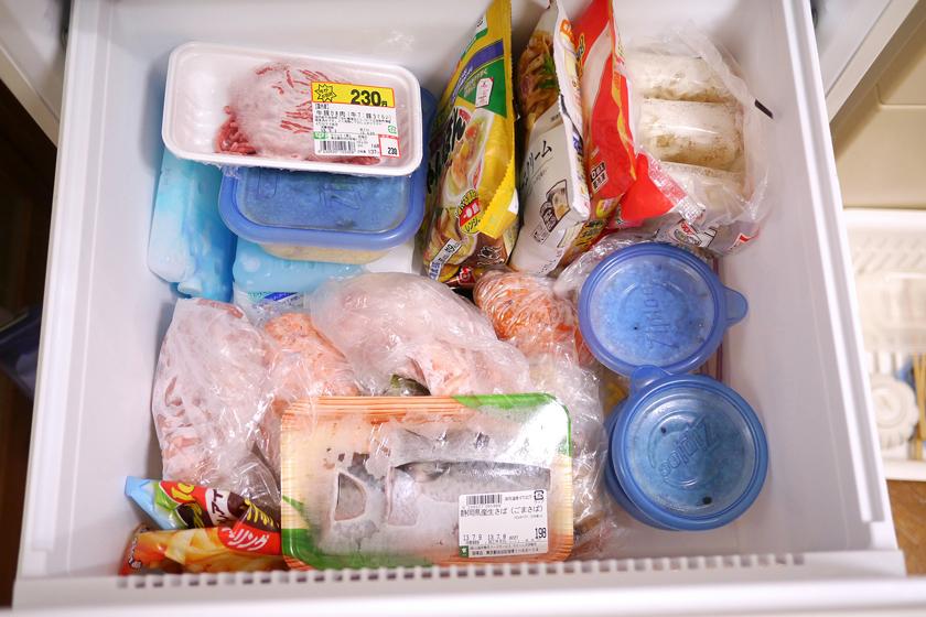 現在の冷凍ケース(大)の様子。気軽に放り込みすぎて雑然としてきてしまったが、しっかり凍っているので安心