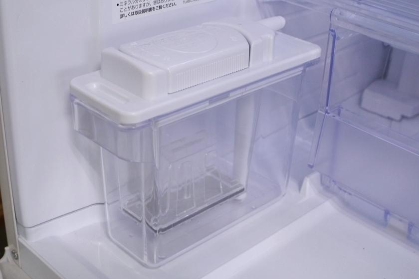 給水タンクはチルドケースの隣にある。タンク内に水を入れたら、中まで押しこむだけ。今のところ洗浄するほど汚れてはいない
