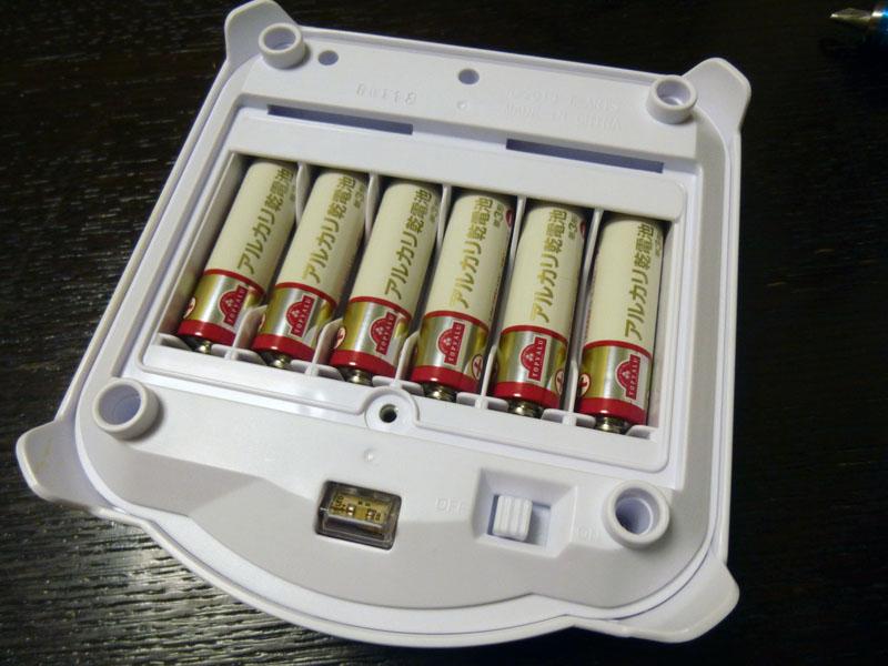 電源は単三アルカリ乾電池6本