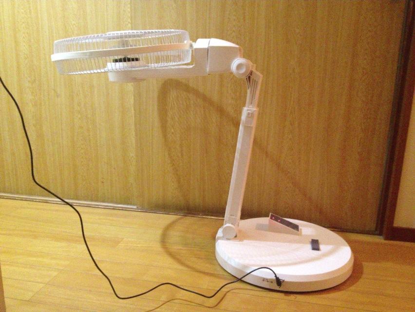 ヘッド部をさらに開き、サーキュレーター感覚で上方に風を送ることもできる