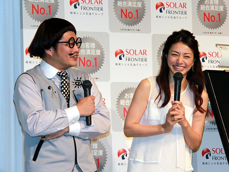 テレビCMに出演する井川遥さんと松尾諭さん。実は所属事務所が同じで、15年の仲という。「よく知っている仲なので、(撮影は)照れくさいです」(井川さん)