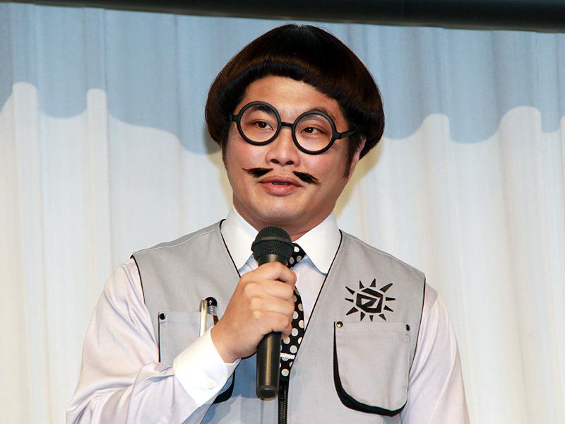 テレビCMに登場するキャラクターの扮装で登壇した松尾さん。「太陽電池でドラえもんが動くおもちゃを子供に与えました」