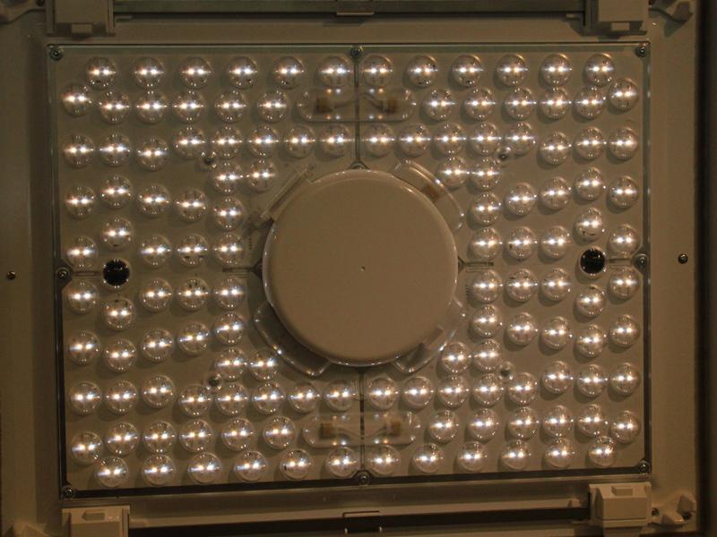 写真は今回実験した日立のシーリングライト。LEDが全部で160個も付いている