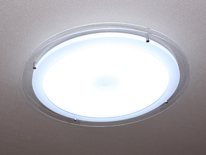 ECライティングの「LIFELED'S LEDシーリングライト クリアパネル HLDC90802(6~10畳用)」。現在の市場価格はおよそ3万円~4万円