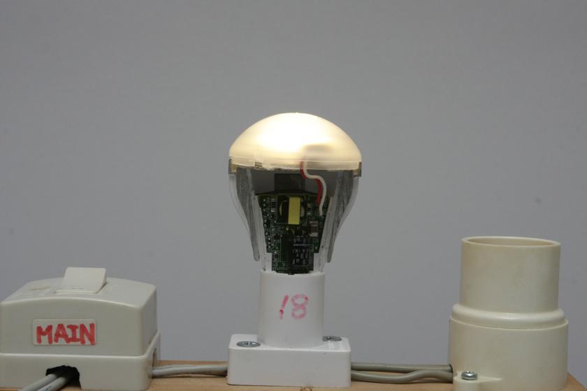 LED電球の内部には、ACアダプタ同等の回路が押し込まれており、ノイズが生まれやすい