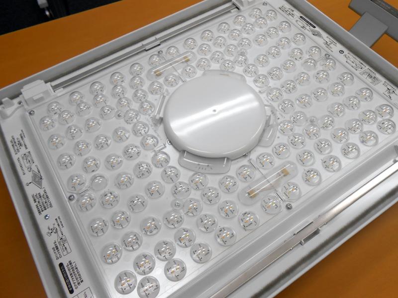 LEDが並ぶ発光面は、アルミなどでできている。ノイズの発生源となる点灯回路は発光面の裏側にあり、本体の鉄板と発光面のアルミで囲まれているため、ノイズが遮蔽されるのだろう