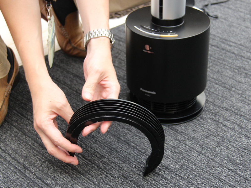 空気の吸い込み口は台座部下にある。フィルターが付いており、掃除機でゴミを吸い込んだり洗い流したりできる