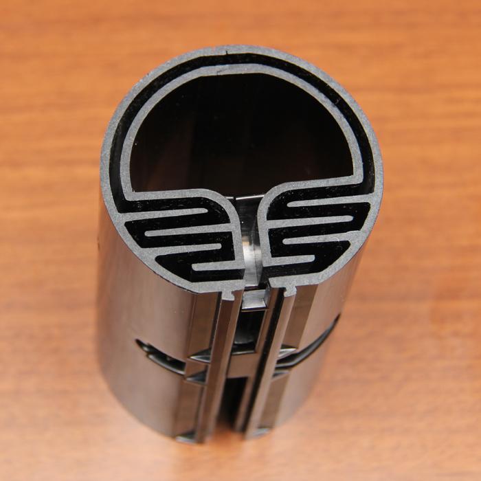 スリムファンの支柱の断面モデル。支柱の外周を沿うように曲がりくねった風路「フィードバックループ」が、風を揺らす重要な機構となる