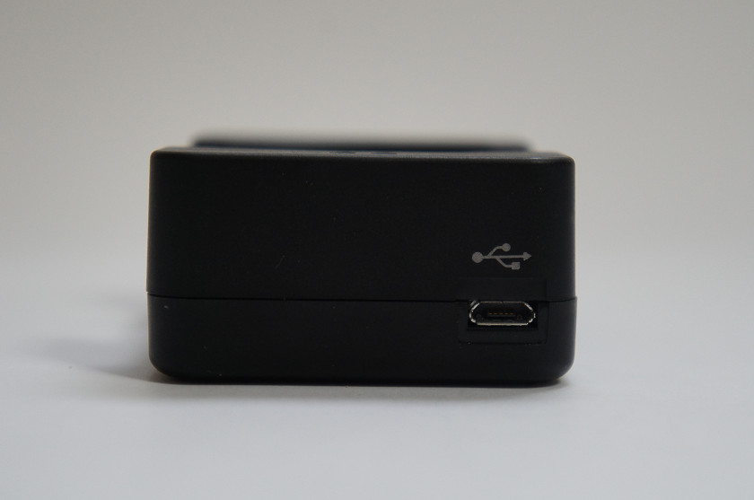 クレードルの側面には、MicroUSBポートが用意されている