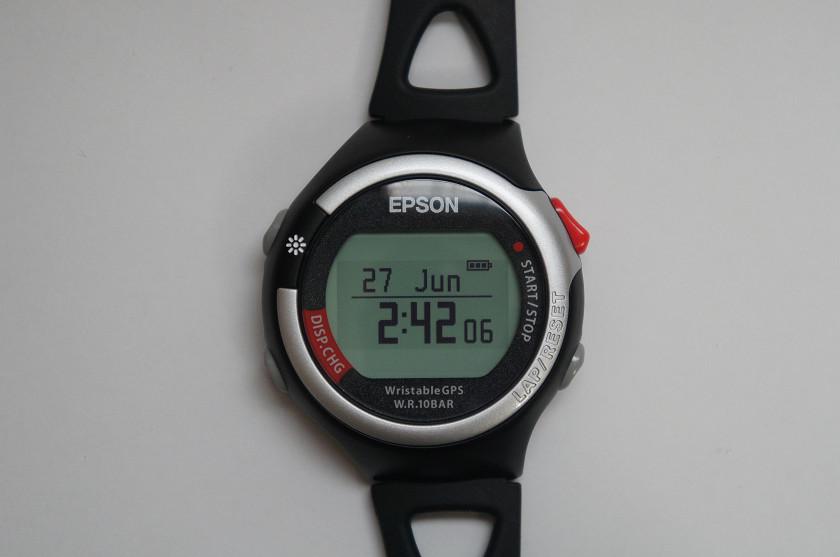 エプソンの「WristableGPS SS-700S」。腕時計としてはやや大きめだが、GPSセンサーやストライドセンサーを内蔵した、高機能ランニングウオッチだ。よく見ると、本体が中心から左へ4mmオフセットされていることがわかる