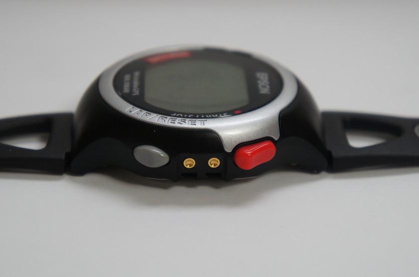 右側面には、上方向への選択や計測の開始/停止に利用する赤いボタンと、下方向への選択やラップ/リセットに利用するグレーのボタンが用意されている