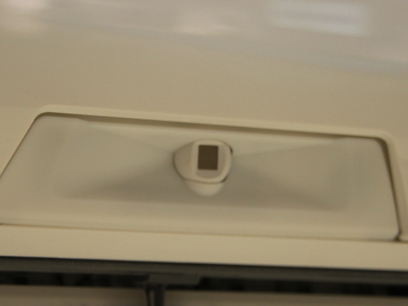 三菱独自のセンサー技術「エコムーブアイ」が本体中央に備えられている