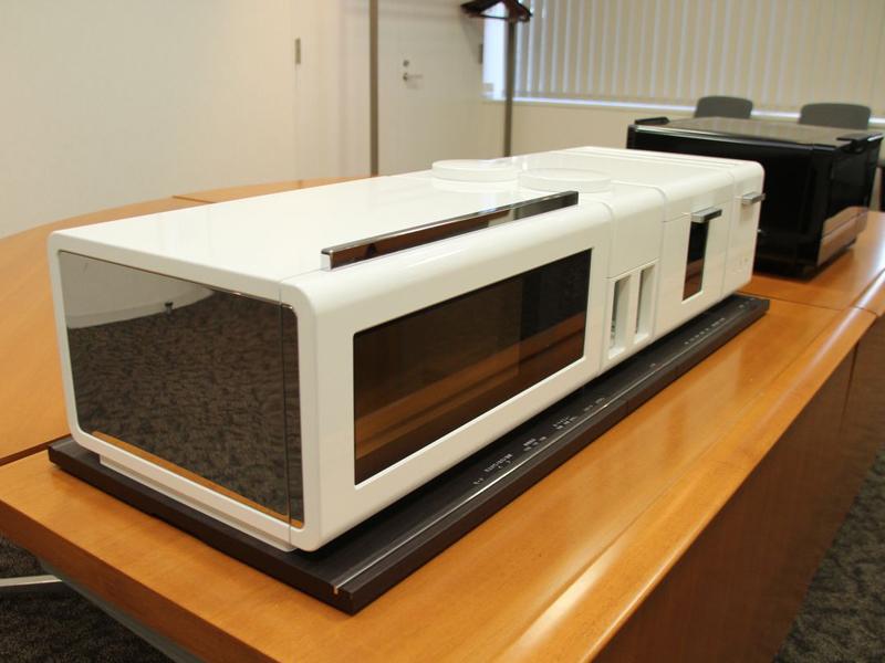 製品化された「ジタング」(写真奥)もこのコンセプトモデルとほぼ同じ高さで作られている