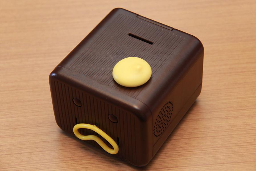本体上部には、硬貨の投入口とボタンがある。ちなみに、ボタンの形はマヨネーズをモチーフにしているとのこと