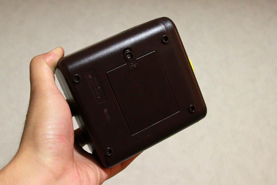 電源となる乾電池は、本体下部から入れる。フタはネジで止められている