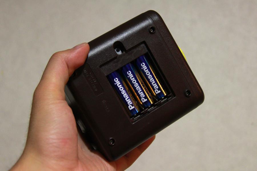 電源は別売りの単三アルカリ乾電池。ニッケル水素電池では動かない