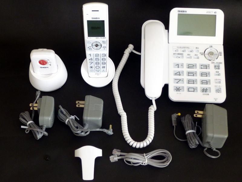 箱の中身。3台の電話機とそれぞれのACアダプターが入っている。これ以外に取説や細かい部品もある。これで実売15,000円前後ならお買い得な印象