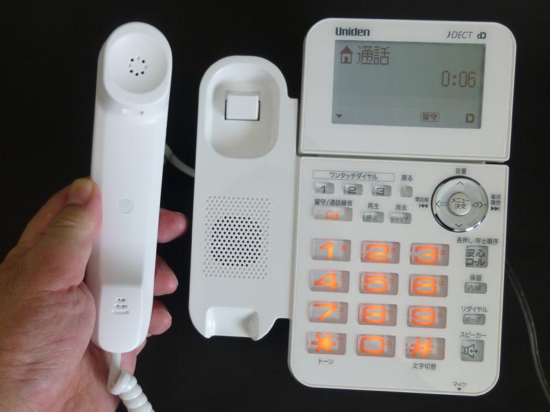 通話の様子。受話器は有線接続で、ちょっと小ぶりだ