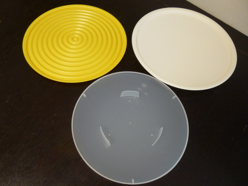 本体は3つのトレーから成る。黄色いのが外蓋、その右がトレー、半透明なのが、内蓋