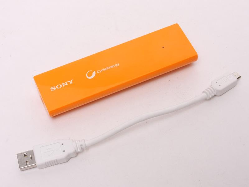 およそ10cmのUSB - Micro USBケーブルが同梱されている