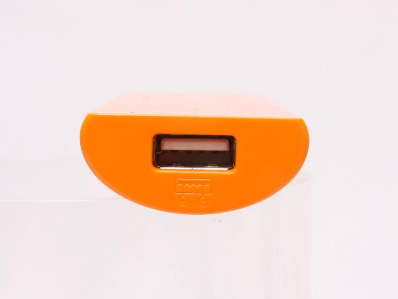 本体上面は、1A出力のUSBコネクタを1つ備える。スマートフォンを接続すれば、自動的に電源が入って充電が始まる