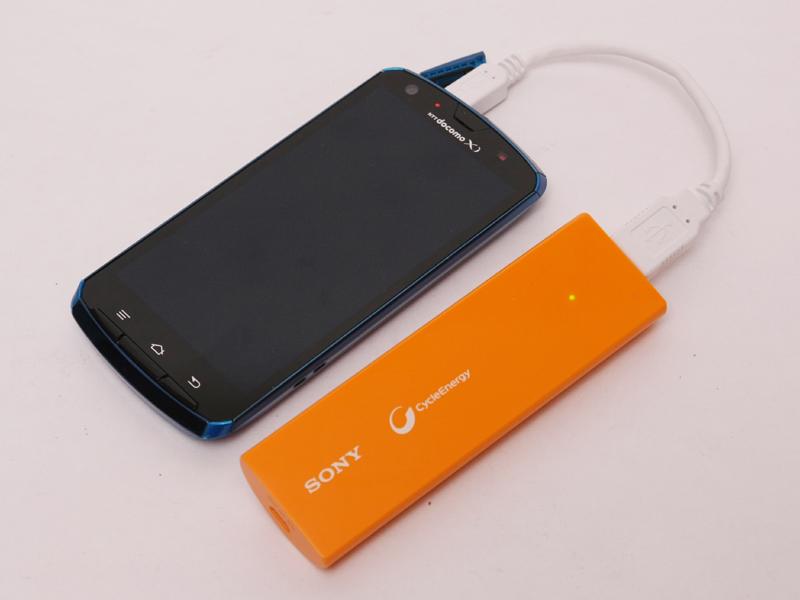 高さと厚みはスマートフォンと同程度で、幅は半分ぐらい