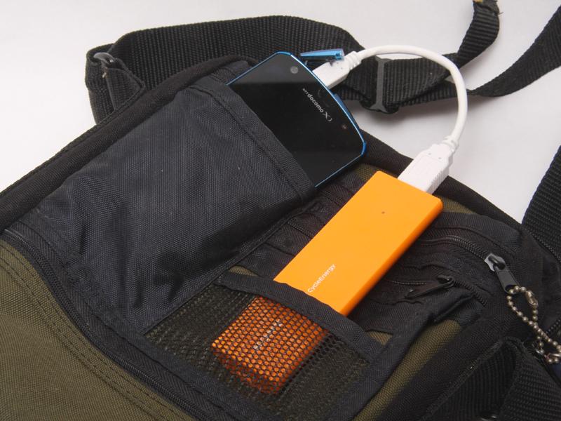 バッグのポケットなどに滑り込ませやすい