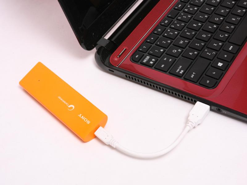 パソコンのUSBコネクタから充電すると時間が掛かるモバイルバッテリーは多いが、このバッテリーなら3時間で終わる