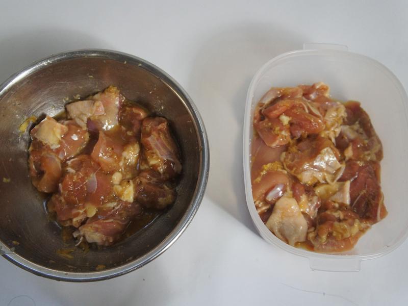 漬け込んだばかりの鶏の唐揚げ。左はボウルで、右は密封容器で密封して漬け込む