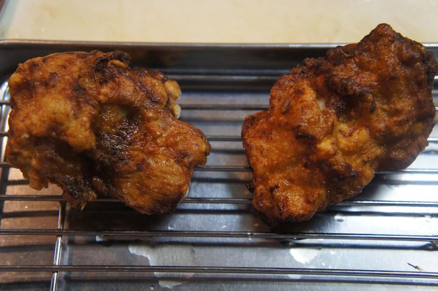 唐揚げの完成。左がエアレスで漬け込んだ唐揚げ、右がボウルで漬け込んだ唐揚げ