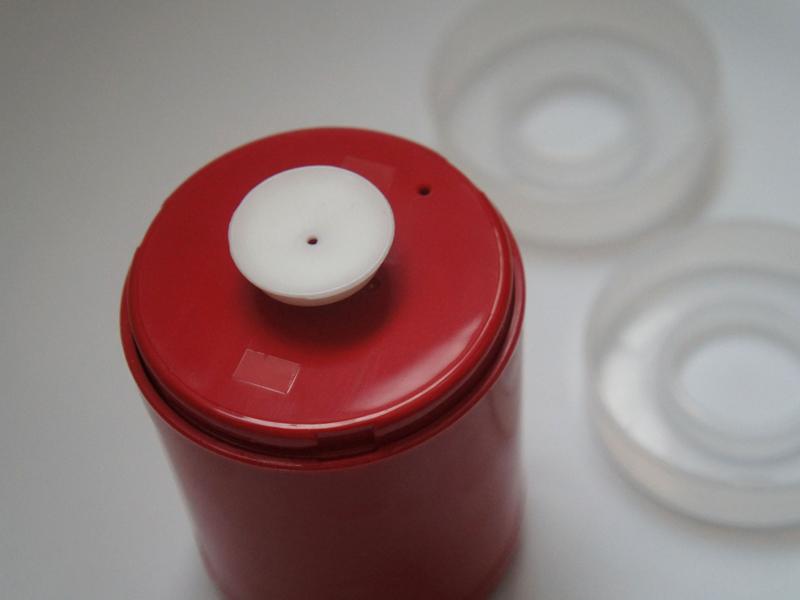 ドレンキャップは、容器用とパック用の2種類。必要に応じて付け替える