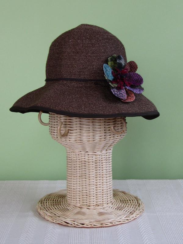 今度は、帽子にコサージュをつけてみました。斜め前? 真横? つける位置を定めるのにも参考になります