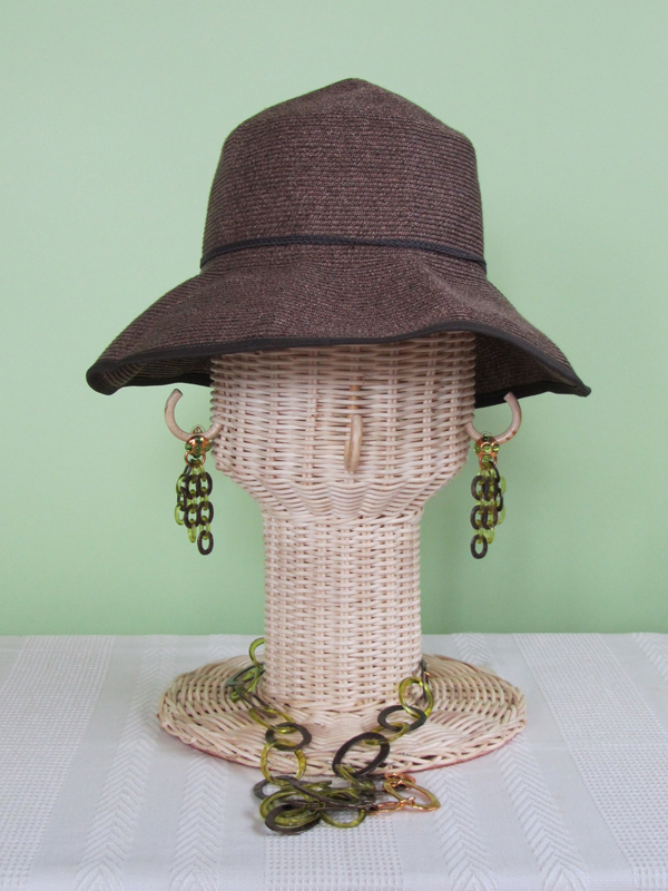 今度は、首の部分まで使って、帽子+イヤリング+ネックレスのコーディネート。帽子はごく普通にかぶせた状態。ふぅむ、これはこれでいけそう、なんて