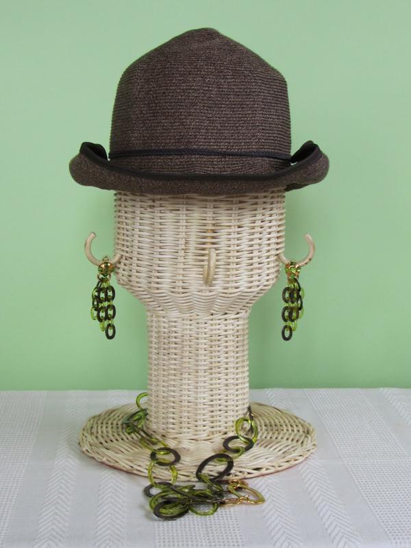つばの部分をくるりと巻き上げてタイトな印象に。こうして見ると、同じ帽子、同じアクセサリーなのに、4パターンそれぞれ、結構印象が違うものですね。