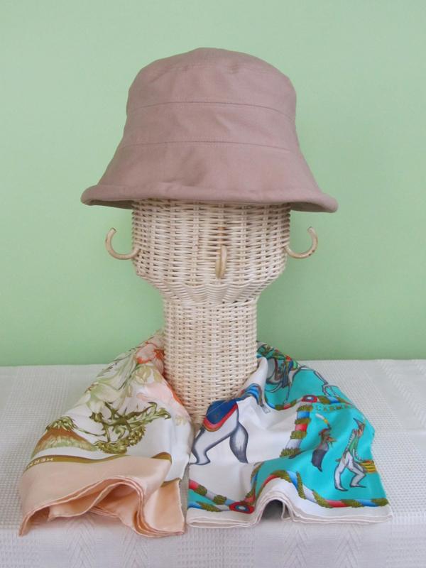 首の部分を利用して、帽子とスカーフのコーディネートを見てみます。この帽子には、どっちの色が似合うだろう? やや華やか?ソフトなほう?そんなときも、帽子やスカーフの色を邪魔しないのは、ナチュラルな籐のスタンドだからこそ