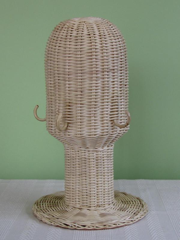 本体は、自然素材の籐100%でできています。高さ39cm、頭部の幅17cm、底部の幅25cm、重さは570gほど。頭の形をした下のほうに(耳くらいの位置)、同じく籐でできたフックが3つ付いています