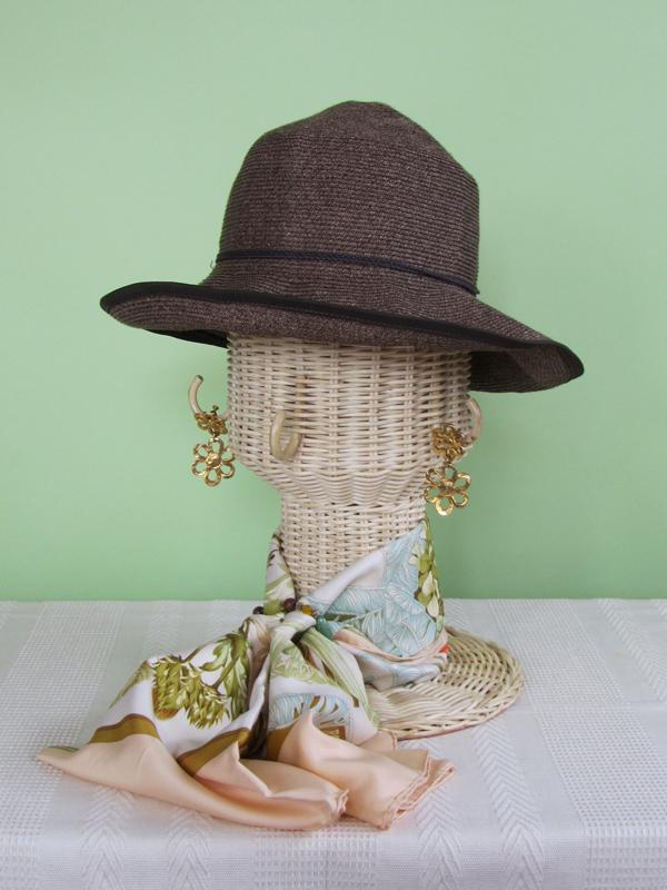 インテリアとしても置いておける帽子スタンド。収納や、かぶった後の帽子の型くずれ防止として使うのはもちろん、次の外出時のスタイルをコーディネートして飾っておけば、ながめるだけで気分もアップ!? 楽しい使い方を見つけて、もっと帽子と仲良くなりたいものです