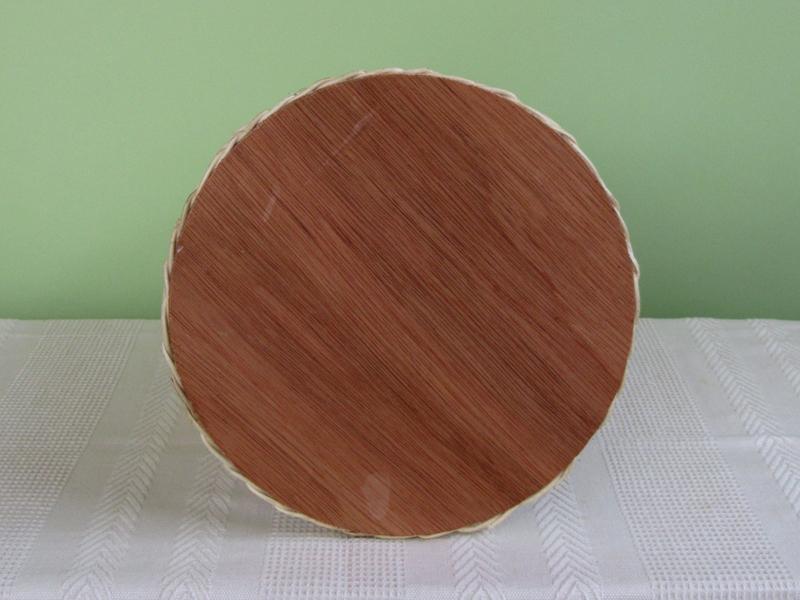 ひっくり返した底の部分。ここには天然木の底板が貼られています。つまり、すべて、自然素材でできているのです