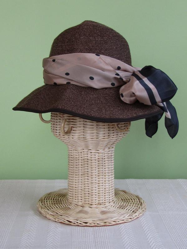 帽子にスカーフを巻いて、ちょっとイメージチェンジを試みます。自分がかぶっている状態のままではスカーフを巻くのは難しいし、ただ置いた状態でも、帽子がぐずぐずしてやりにくいはず。でも、スタンドにかぶせたなら、何度でも簡単に試せます。結び方のレッスンにもなっちゃう!
