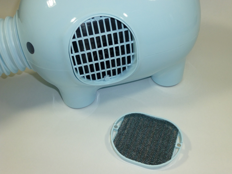 吸気口のフタはマグネットで固定されているので簡単に外れる。ホコリよけのフイルターが内蔵されている