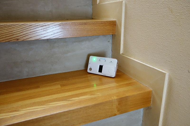 階段。ココも人と猫の往来が多く、さほど頻繁には掃除しない場所である。が、ハウスダストは「少ない」という結果になった。ナゼ!? いや、少なくて良かったとは思いますが