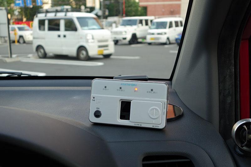 窓を閉めてエアコンを使いつつクルマで2時間弱移動し、停車後に計測したら「多い」という結果に。やったぁ!! 初めて「少ない」以外が出た~!! って喜ぶトコじゃないでしょ>俺