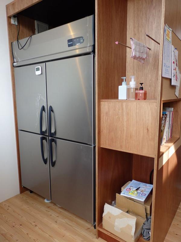 冷蔵庫は846Lの業務用冷蔵庫で、カゴで各自の食材を管理する仕組みだ