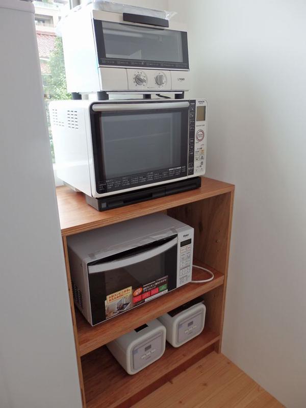 冷蔵庫の反対側に設けられた調理電スペース。暫定的にこの形で置かれているが、いずれエレクターなどのスチールラックを導入予定だという