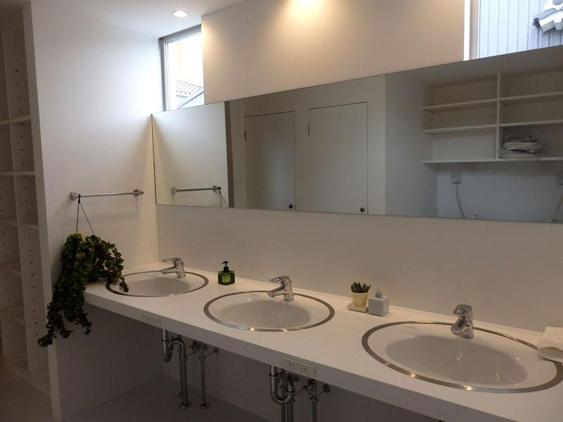 1階に設けられた共有の洗面スペース