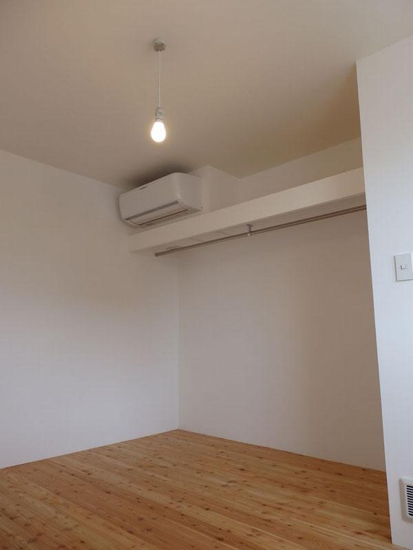 13室ある個室のうちの1部屋。ダイキンの住宅設備用のエアコンが設置されている。衣類などを掛けやすいようにどの部屋にも長いバーが付けられている
