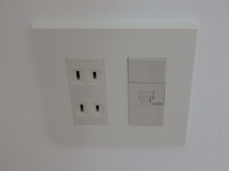 個室には2つのコンセントのほか光LAN回線による有線LANポートがある。※共有部には無線LAN
